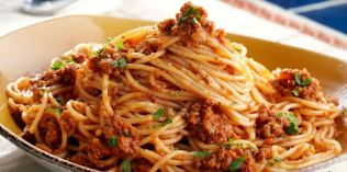 Spaghetti-bolognese-Italian-chefs-show-world-the-correct-way-w855h425